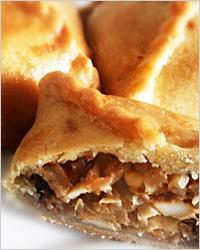 Пирог с начинкой из квашеной и свежей капусты