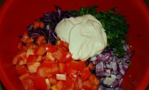 Салат из краснокочанной и цветной капусты