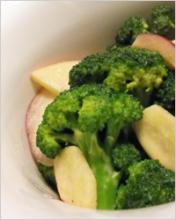 Салат из брокколи и яблок